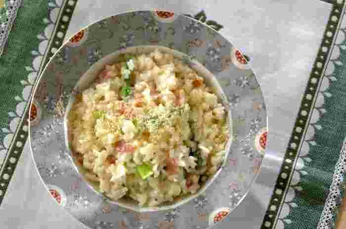 グリーンアスパラガスの緑色が彩りを添えるリゾットのレシピ。ふりかけた粉チーズとグリーンアスパラガスの香りが食欲をそそります。使用する玉ねぎを新玉ねぎにすれば、さらに春らしさが感じられますね。