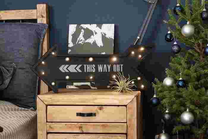 こちらは矢印の形の中にステンシルで文字を入れているマーキーライト。アメリカの本物のマーキーライトのようで、おしゃれです。壁に掛けても家具の上に置いても素敵!