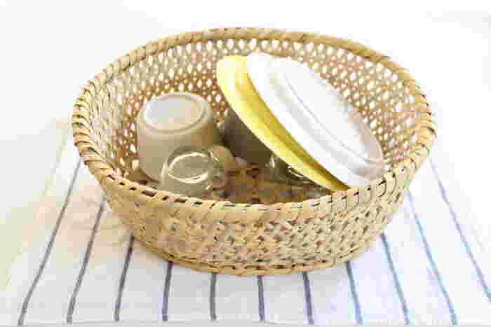 水切りかごの代わりに竹かごを。かごは通気性がよいので、食器類が乾いた後はかごも干しておけば大丈夫。よく使う食器やコップを入れておくと取り出しやすく便利ですね。他のいろいろな用途でも活躍できそうなかごなので、ひとつ持っておくと便利ですよ。