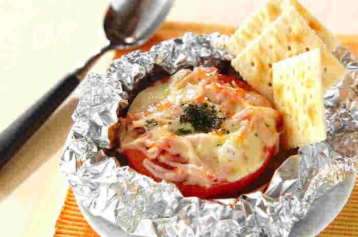 トマトにベーコン、チーズをのせたホイル焼きは、トマトのジューシーな甘みを感じられる一品。ベーコンとチーズで程よくコクと塩気がプラスされています。クラッカーにのせて食べれば、おつまみとしても◎