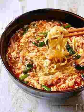たっぷりのにんにくと豆板醬が決め手の辛麺。お店のような味が簡単に家庭で作れます。麺を食べた後、シメにご飯を入れるのもおすすめです。