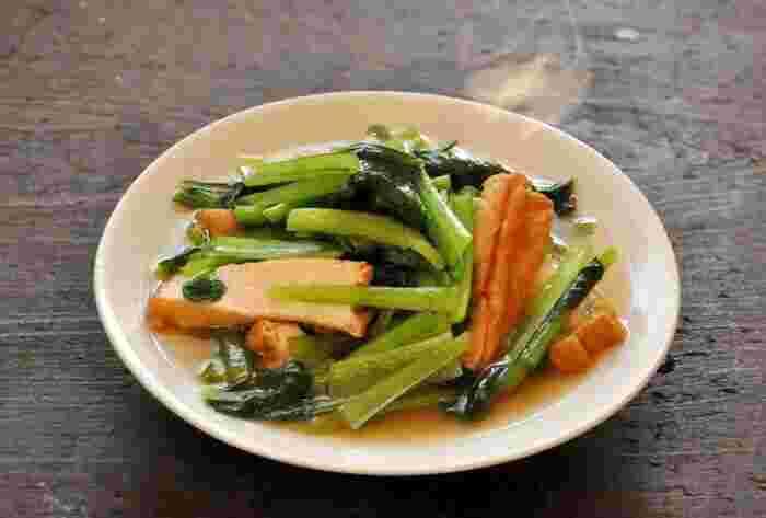 煮びたしと相性がよい野菜のひとつが、小松菜。出し汁や醤油を鍋にかけ、厚揚げと小松菜を加えればできあがり。小松菜がたくさんあるけれど、焼き以外の方法でさっぱりといただきたい…そんなときにおすすめの一品です。