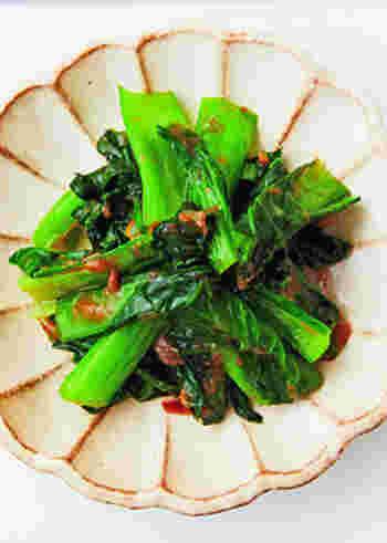 小松菜のおかか和えに梅を入れることで、さっぱりした酸味が加わります。時短で作れるので、朝食やお弁当にもおすすめ。緑に赤が映えて、彩りのバランスもよくなります。