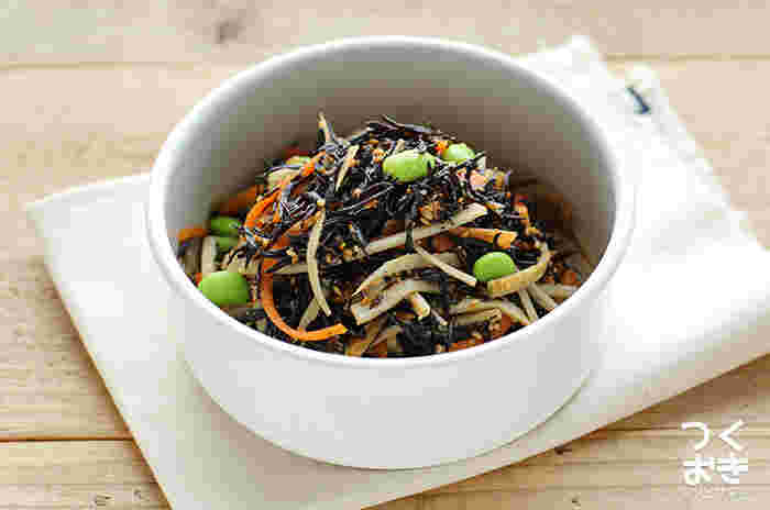 ひじきと言えば煮付けが定番で、お弁当にもよく入るおかずの代表かと思いますが、たまにはこんなサラダ風はいかがでしょうか?レンジ加熱した根菜類と一緒に調味料と和えるだけなので、煮付けにするより手早くできます。
