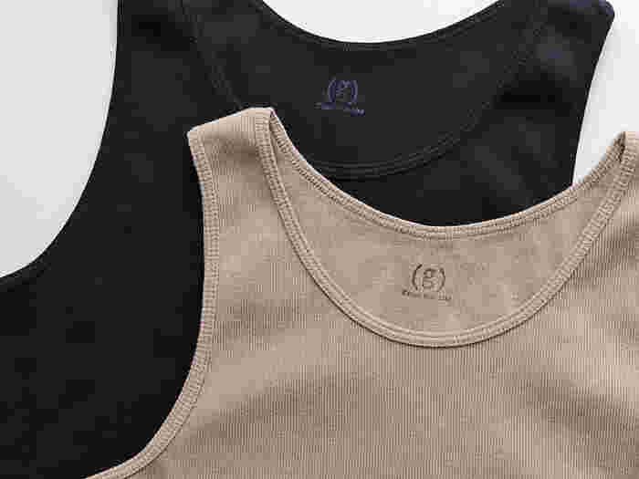 程よいゆるさがある、シンプルなリブタンクトップ。ずっと着ていたくなるやわらかな質感のコットン素材です。デコルテラインを綺麗に見せてくれるこだわりのデザインもうれしい◎