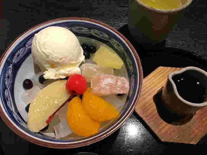 昭和初期から地元で愛されている甘味処「いり江」のこだわりは、寒天から餡、白玉までひとつひとつ丁寧に手作りしているところ。素材にもこだわった「あんみつ」や「みつ豆」は自家製の黒蜜で召し上がれ。寒い季節には「温かなごまきしめん」もオススメです。
