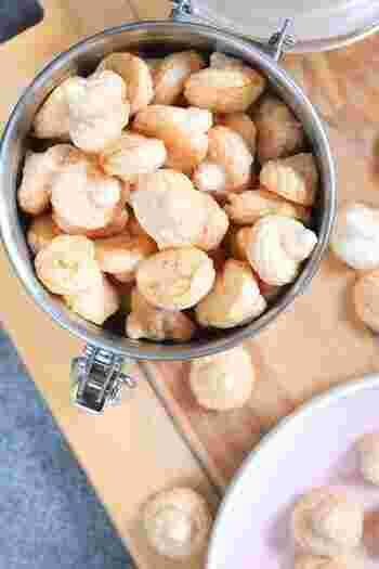 メレンゲクッキーも片栗粉で作れるなんて驚き♪サク&シュワの軽い味わいで、ティータイムのお供にぴったりです。卵白が半端に余ったときにもぜひ作ってみてください。メレンゲを作るときに塩を加えるのがポイント。ほかは、グラニュー糖と片栗粉さえあればできちゃいます。密閉容器に入れれば、1週間ほど常温保存もOK。