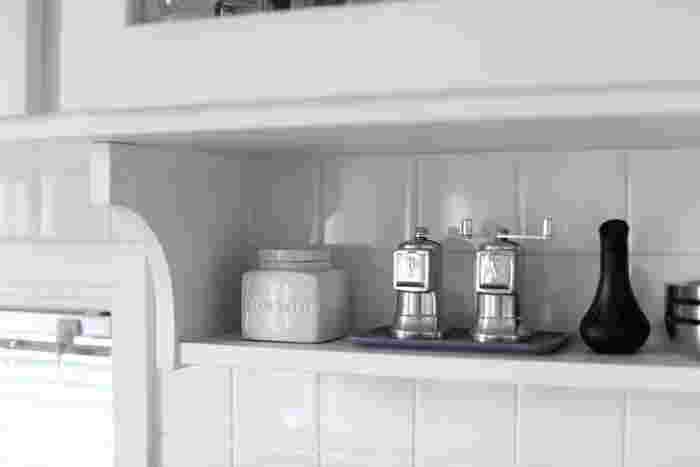 右にあるシルバーの容器には塩と胡椒を、陶器製の容器にはオリーブオイルを入れて。いつもなら隠しがちの調味料も容器が洗練されたデザインだとこんなに素敵なインテリアに変身。