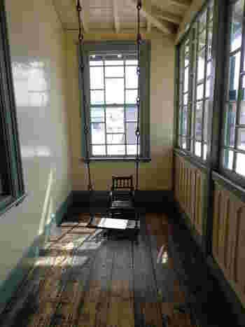 日当たりの良い廊下に吊るされたブランコ。 雪深い冬の間も子供たちが退屈しないように工夫したのでしょうか。
