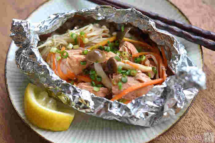 鮭料理で1番のお気に入りは何ですか?涼しくなってきたら、ほっこり温まるホイル焼きはいかがでしょう。切って包んだら、後は焼くだけの簡単時短レシピです。鮭の他には、えのきなどのきのこ類やニンジンも入れると、一気に華やかになりますよ。