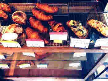 自家製のパンは、約10種類ほど。白神こだま酵母・自家製酵母・天然酵母など使っていて、もちもちとした食感とやさしい味わいが評判です。