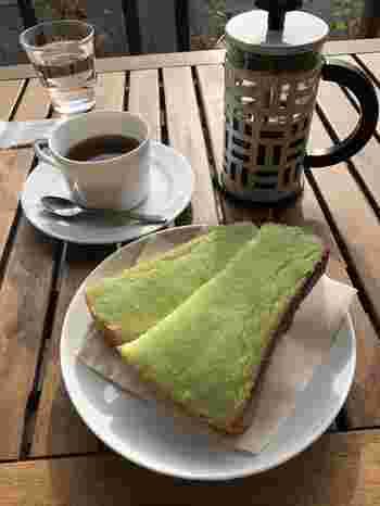 仙台ならではの、緑のずんだトーストはボリュームもたっぷり。食事に合わせておすすめのコーヒーを考えてくれるから、ぜひ店員さんとお話してみて。