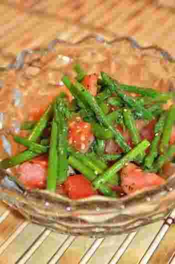 トマトとアスパラを簡単にマリネ。材料を合わせて1~2時間冷やせば出来上がるとっても簡単なレシピです。