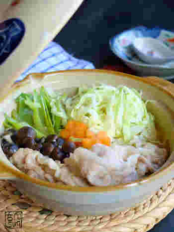 千切りキャベツをたっぷり味わえる胡麻味噌スープのお鍋。キャベツを千切りにすることで食べやすく、味もしっかり染み込むので子供にもおすすめのレシピ。コクのあるスープなので、野菜やお肉もタレなしでモリモリ食べられます♪