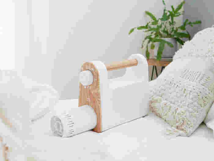 「BRUNOマルチ布団ドライヤー」は、梅雨の時期に繁殖しやすいダニ対策ができるアイテムです。ノズルを伸ばして布団に入れ、ダイヤルを設定するだけなのでとっても簡単!白×木目がナチュラルな雰囲気ですね。