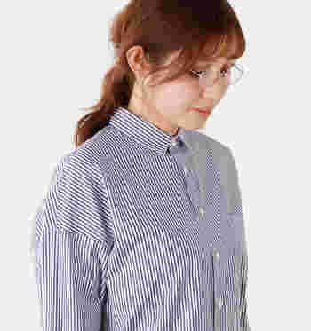 ラウンドタイプはメタル系の眼鏡の中でも女子に人気の高いかたちのひとつです。シャツにメタルを合わせて、真面目そうな雰囲気を演出。