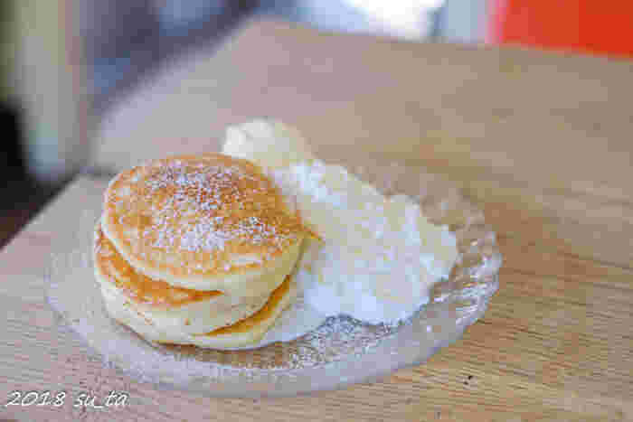 人気メニューはパンケーキです。食事系もスイーツ系もありますよ。シンプルなパンケーキは、外パリパリ中もっちりで食感のコントラストを楽しめます。添えられているバニラアイスやホイップクリームを付けると、優しい甘さが広がりますよ。