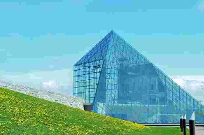 2005年にグランドオープンした「モエレ沼公園」は、世界的な彫刻家イサム・ノグチ氏が、公園全体をひとつの彫刻作品としてデザインしたアートパークです。写真は、公園のシンボルである「ガラスのピラミッド」。中にはレストランやギャラリーなどがあります。