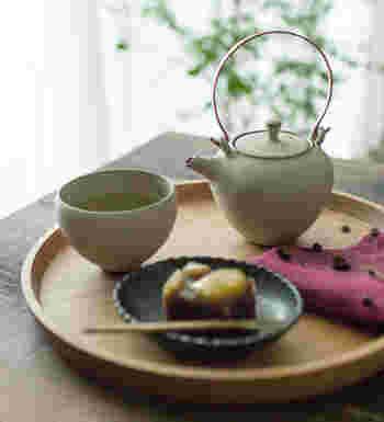 実は日本では、その季節にちなんだそれぞれの和菓子があります。お茶を飲むことで、日本の四季や文化を一緒に感じることができます。合わせるお菓子の参考にしてみてくださいね。
