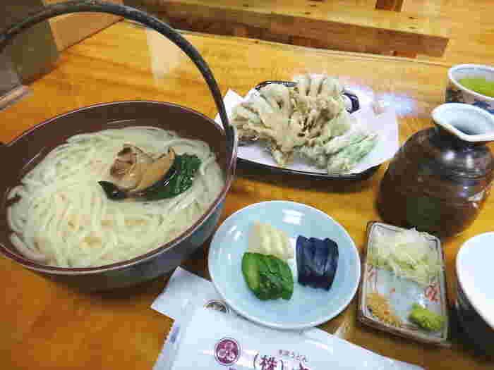 寒い季節は、あったかいうどんを。こちらは、釜揚げうどん、天ぷら、漬物がついた「釜天セット」。天ぷらは、地元の契約農家で栽培した天ぷら専用の舞茸がメインで、味と食感、香りをぜひ堪能してみてください。