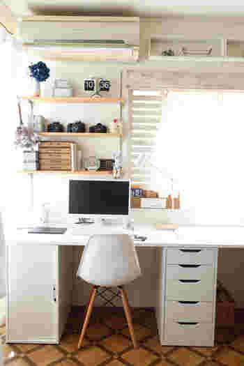 なんだか書斎が味気ないなと感じる時は、エアコン横のデッドスペースを利用して、ボックスを設置してみては?高い場所は、使用頻度が低く軽いものを置くといいと言われるように、オブジェなどを並べて雰囲気ある飾り棚スペースにしても良いですね。