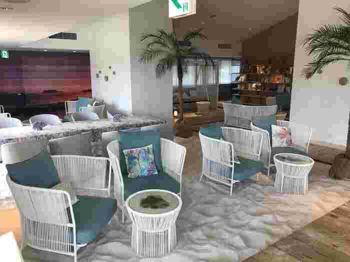 星野リゾート・リゾナーレ熱海にある「ソラノビーチブックス&カフェ」は、ホテルの最上階で極上のリゾート気分を味わえます。白砂が敷き詰められた店内は、まるで海外びビーチのよう。宿泊者限定の利用なので、ゆったり過ごせるのも魅力です。