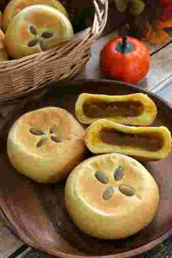 かぼちゃペーストのあんとソフトフランスの生地がよくあう素朴なパン。トッピングのパンプキンシードが見た目と味のアクセントになり、日本茶にもコーヒーにも似合うおやつパンに焼きあがります。