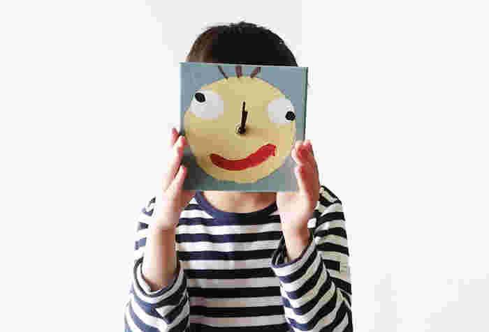 お子さんが遊び感覚で作れる「おもしろ掛け時計」。セリアの手作り時計キットと紙箱のフタで、手軽に作れます。コンパスで円を描いたら、絵はお子さんにお任せ!