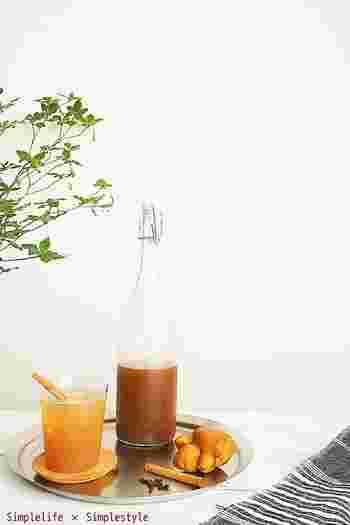 黒糖を使い、シナモンや黒胡椒、クローブ、カルダモンなどのスパイスと共に煮出した、ちょっと大人味の生姜シロップ。 深みのある味わいとスパイスの効果で、美味しいだけでなく身体も元気にしてくれます。