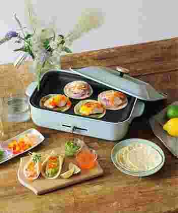 レトロでかわいい「BRUNO(ブルーノ)」のコンパクトホットプレート。 平プレート、たこ焼きプレート、フタ、木べらがついているので、いろいろなお料理が楽しめます。