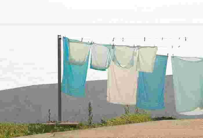 タオルや毛布、綿素材のお洋服などは干す前によく振ってから干しましょう。汚れの原因になりかねないホコリを落とせるだけでなく、そのまま干すより乾きやすく、形も整います。シャツなどは袖の部分にも空気が通りやすくなるほか、タオルは繊維が立つのでよりふんわりとした仕上がりに。  とはいえ、薄手でデリケートな素材は振りすぎに注意してくださいね。