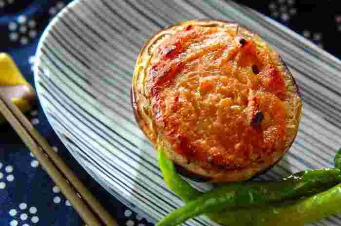 ナスはナスでも、ぽってりとした丸みのある「賀茂ナス」や「米ナス」は、器としても使うことのできる優秀食材です。オーブンで焼いたナスに西京みそベースの田楽みそを詰め、更に焼き上げることで出来上がりです。インパクト大で食卓にも華が出ますよ。