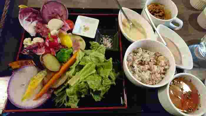 他にも、ランチメニューはたくさん。こちらは「有機野菜と16穀米のプレート」で、ご飯はグルテンフリーのパンに変更することもできます。野菜は量だけでなく種類も大事!たくさんの種類の野菜が摂れる、魅力的なランチです。
