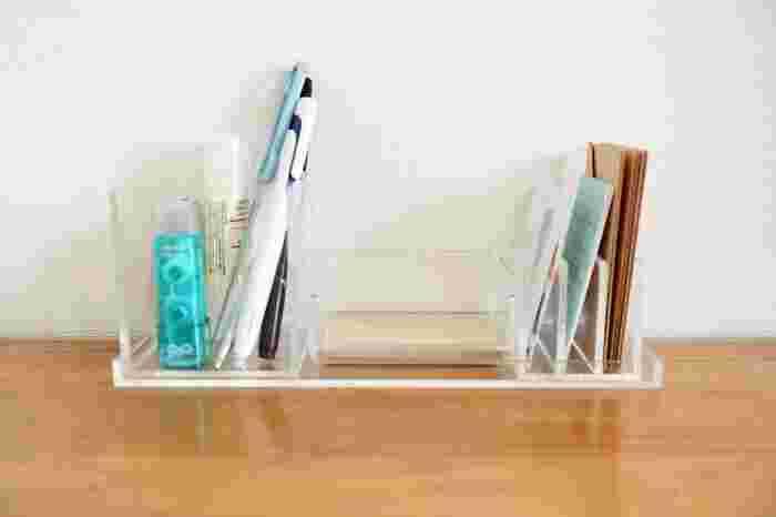 日頃からよく使う文房具は、片付けるのが億劫になり、放置してしまうことも。 それなら、あえて出しっぱなしにして、ささっと出し入れできるようにしませんか?  無印の「重なるアクリルデスクトップシリーズ」なら、文房具に合わせてカスタマイズできるので、机の上がすっきり◎ どこに何があるかも一目瞭然です。
