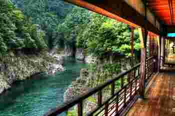 大正時代に開業したホテルを改装したカフェ「瀞ホテル」。瀞峡の素晴らしい眺めを楽しみながら、ランチやお茶をすることができます。