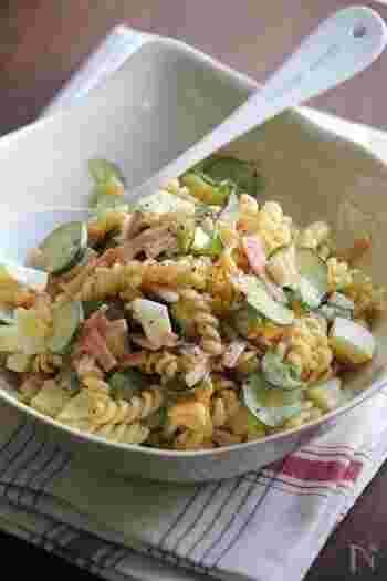 ハム・きゅうり・ゆで卵は入った定番のマカロニサラダ。このレシピのポイントは、マカロニにコンソメで下味をつけること。マヨネーズだけでなく、牛乳を少し加えることでなめらかな口当たりに。