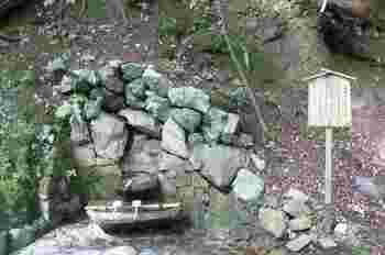 「牛若丸」は天狗に兵法を習うため、深夜「東光坊」から「奥の院・僧正ガ谷」へ通っていました。 「僧正ガ谷」へ向かう途中で息つぎのために、奥の院参道のここで湧水を飲んだといわれています。