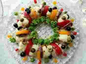 並べるのも楽しいリース風サラダ。ロマネスコをレイアウトすると、いかにもクリスマスらしくなりますね。色の濃いものと薄いものを隣り合わせると、コントラストがはっきりしてきれいかも。