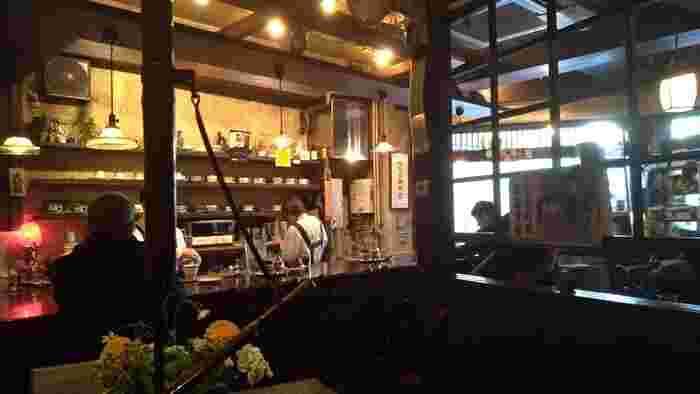 昭和39年創業、そして昭和62年にリニューアルして以降もずっと純喫茶として歴史を紡ぎ続けている「但馬屋珈琲店」。新宿西口思い出横丁のすぐ近くにありますよ。