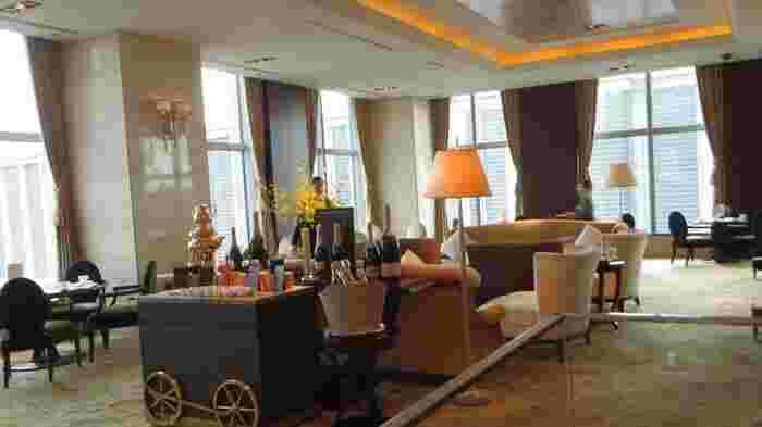 エレガントな空間でゆったり過ごしたい方におすすめなのが、「シャングリ・ラ ホテル 東京 ザ・ロビーラウンジ」です。28階からは東京駅を間近に望むことができますよ。