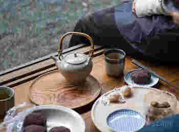日本の素材と熟練の技術を活かした使いやすくクオリティの高いアイテムを生み出している「東屋(あずまや)」の、小ぶりで使いやすい、マツ、ケヤキ 、トチ、スギの無塗装の「山茶盆」。