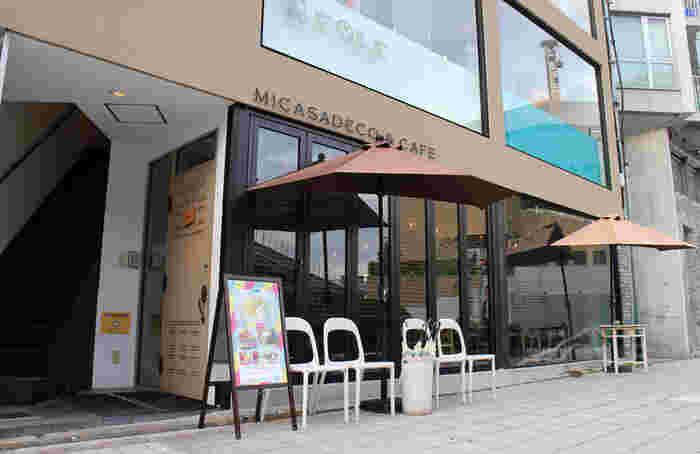 湊町リバープレイスのほど近くで、そんなに人通りも多くなく、難波と言えども少し穏やかな場所にある「ミカサデコ&カフェ(Micasadeco&Cafe)」。モーニングメニューを多く取り揃えているというミカサデコ&カフェは、朝9時からオープンしているそうです。ちょっと遅いモーニングやブランチに立ち寄れますね。