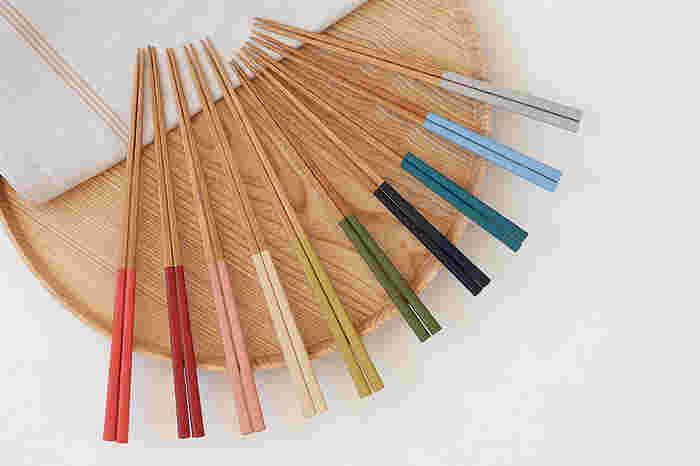 全10色に塗られた、天然竹細工のお箸。「公長斎小菅」は京都の老舗で、宮内庁や宮家の御用達となっています。カラフルですが、どれも和の色調なので、和食器や和食になじみます。家族で色を使い分けたり、器によって色を変えたりするのも楽しいですね。