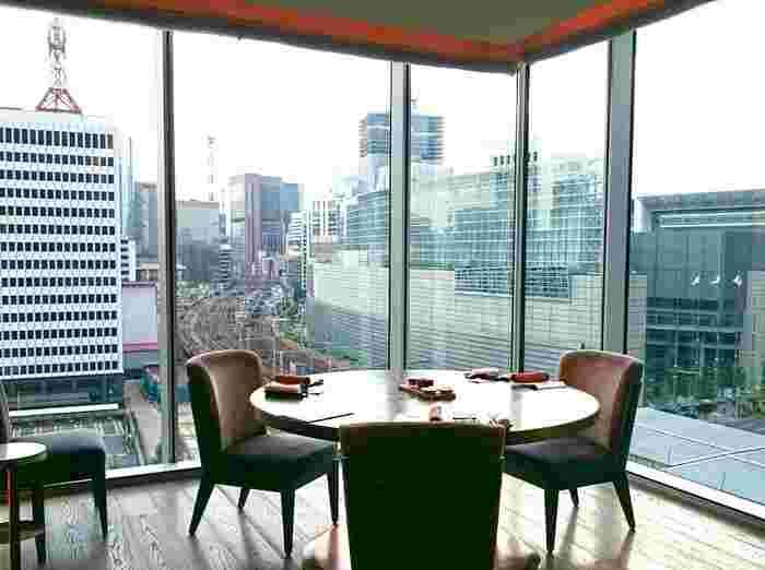 壁面がガラス張りのため、東京駅や有楽町エリアの高層ビル群が目の前に広がります。そんな景色を見ながらいただく料理を監修するのはミシュラン三ツ星フレンチ「モリエール」のオーナシェフ中道博氏。期待が高まります。