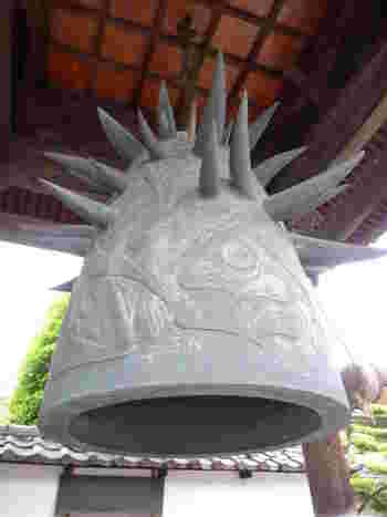 岡本太郎の作品としては異色の梵鐘。曼荼羅(まんだら)をイメージして仏、動物、魚、妖怪などが描かれ、上部からは人間の腕(角)が突き出ています。鐘をつくとこの角が共鳴して独特の余韻が鳴り響くんだとか。