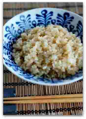 ヘルシーな玄米ですが、ぬかの部分に残留農薬がたまりやすいといわれますので、できれば有機栽培のものが理想的。また、白米よりも消化しにくいため、よく噛んで食べることが大切です。