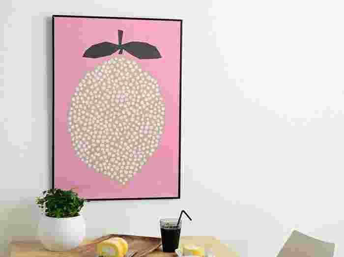 こちらはパネルではなくポスターです。ポスターはフレームを楽しんだり、ファブリックパネルよりカジュアルに飾れます。お部屋の雰囲気やアート自体のテーマによって変えるのも良いですね。