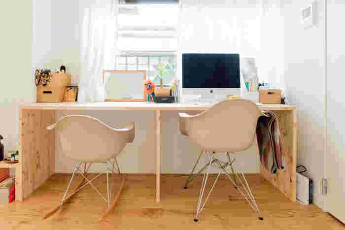 お揃いの高さ違いのチェアを入れたワークスペース。同じ時間に親子で作業してみるのも素敵ですね。ママがお隣で作業していたら、子供も安心して勉強に集中できそうです。