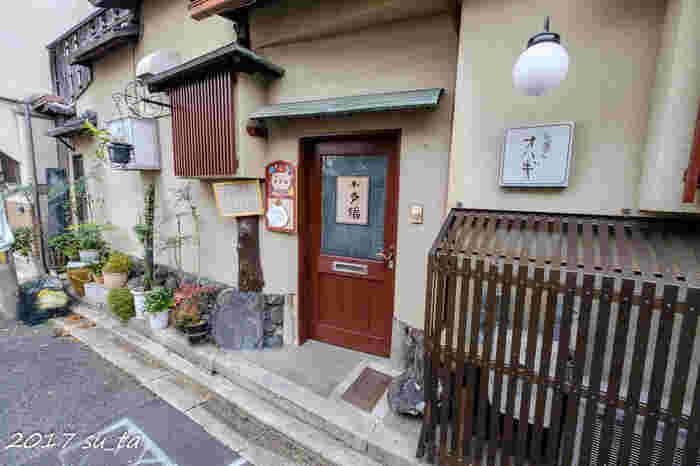 祇園四条駅から約500mの距離にひっそりと佇む「小多福(おたふく)」は、カラフルな一口サイズの、おばあちゃんの手作りおはぎが人気のお店です。