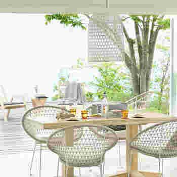 バルコニーやテラスがあるご家庭なら、毎日の生活に北欧のサマーハウスの雰囲気をより簡単に取り入れられるのではないでしょうか。  屋外にチェアや観葉植物を置いて、緑のある空間を外で楽しんでみませんか?